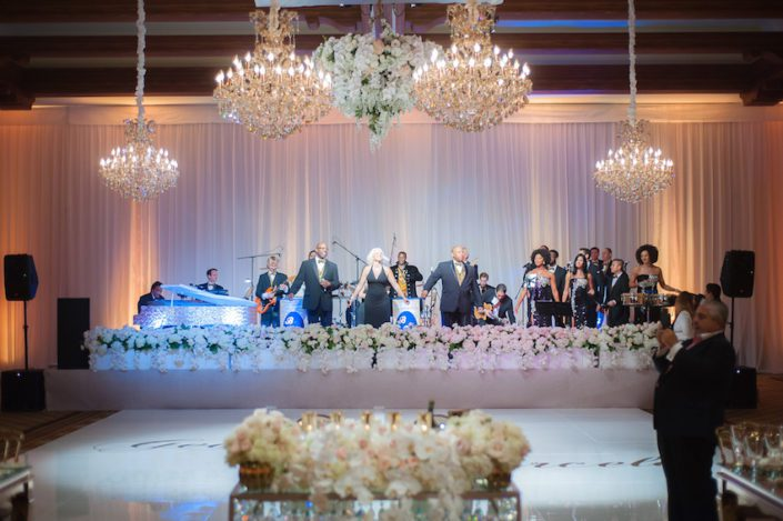 huntingtonbeachwedding_flowersbycina_insideweddings_24-1-705x469